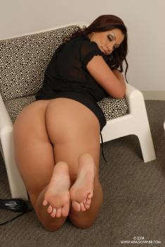 10-23 Kiss My Feet AriaGiovanni.com